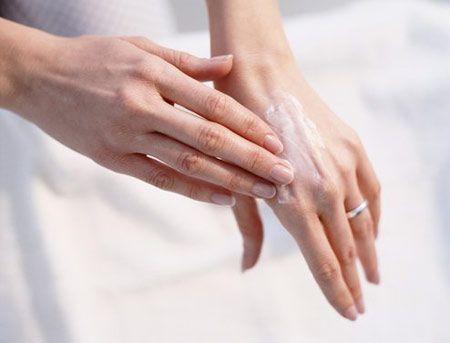 Elleriniz çatlıyor  Çatlamış, bakımsız eller en büyük güzellik kusurlarından sayılır. Bunun için hiçbir şey yapmadan yaralarınızın iyileşmesini bekleyemezsiniz.  Zaman almayan bazı basit önlemler, ellerinizi kurutmadan pürüzsüz kalmasını sağlayabilir. Sorunlu bölgeye, akşam yatmadan önce ince bir tabaka halinde vazelin sürün. Hafifçe ıslatarak uyguladığınız parfümsüz saf vazelin, çatlak bölgelerin tedavisinde son derece etkili!